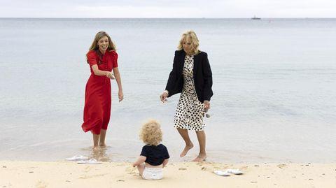 Carrie Johnson und Jill Biden bespaßen den einjährigen Wilfred am Strand