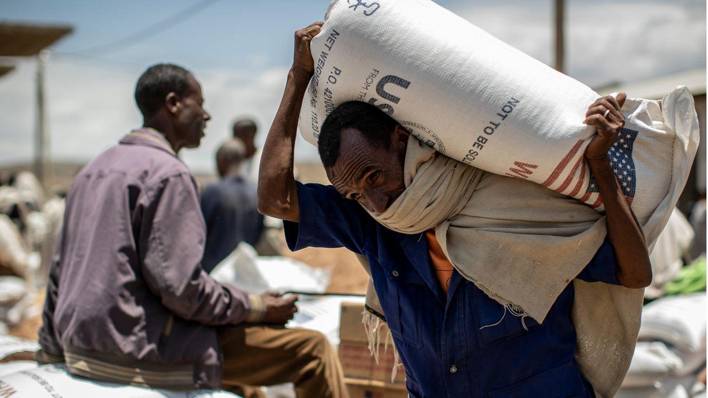 Ein Mann transportiert amerikanische Hilfslieferungen in der äthiopischen Provinz Tigray