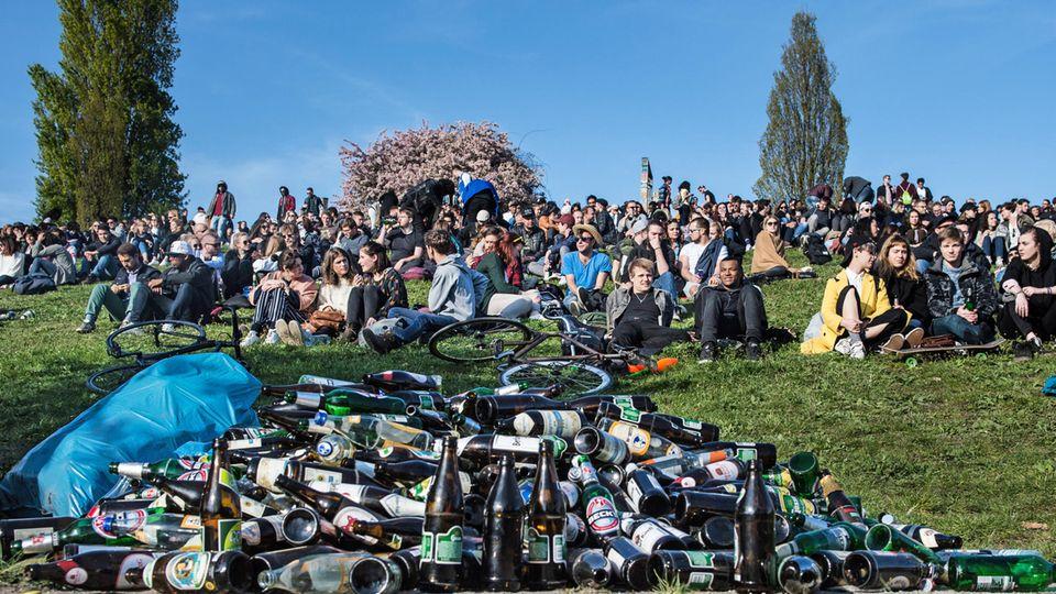 Junge Menschen im Mauerpark in Berlin
