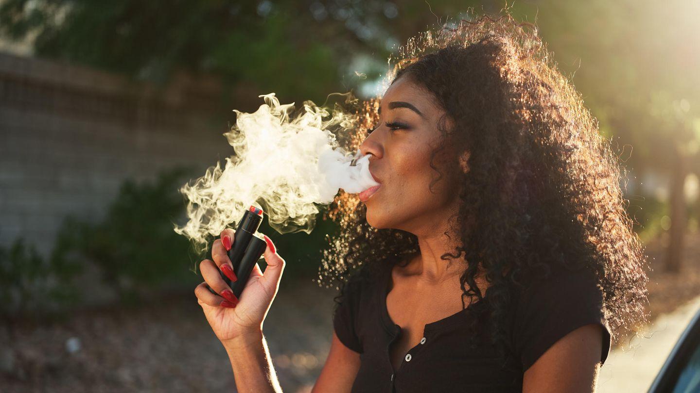 Eine Frau raucht eine sogenannte E-Zigarette