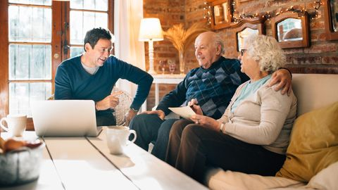 Sohn spricht mit seinen Eltern im Wohnzimmer