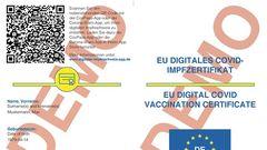 In der Beispiel-Vorlage des digitaleneuropäischen Impfzertifikats ist auch einer der verwendeten QR-Codes enthalten, er ist oben links zu sehen. Der Code ist deutlich komplexer, als man es von gängigen QR-Codes gewohnt ist. Der einfache Grund: Während reguläre QR-Codes nur den Link auf eine Webseite enthalten, muss beim Impfnachweisfür jeden Nutzer ein einmaliger Code generiert werden. Dabei darf auch bei den fast 400 Millionen EU-Bürgern keine Doppelung beim Code entstehen, zudem muss ein Raten eines korrekten Codes unmöglich gemacht werden. Entsprechend groß muss die Varianz an möglichen generierten Codes sein.