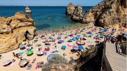 """Portugal, Lagos: Strandbesucher gehen über eine Treppe zum Strand """"Praia do Camilo"""" herab"""