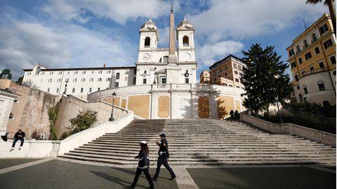 Polizisten stehen auf einem Platz in Italien
