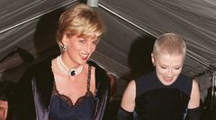 """Prinzessin Diana trug zur Met Gala 1996 ein mit Spitze besetztes Slip Dress von Dior, das der damalige Designer John Galliano entworfen hatte. Dazu trägt sie eine farblich passende Tasche aus ihrer umfangreichen """"Lady Dior""""-Sammlung."""