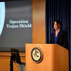 """FBI-Agentin Suzanne Turner spricht während einer Pressekonferenz über die Operation """"Trojanisches Schild"""""""