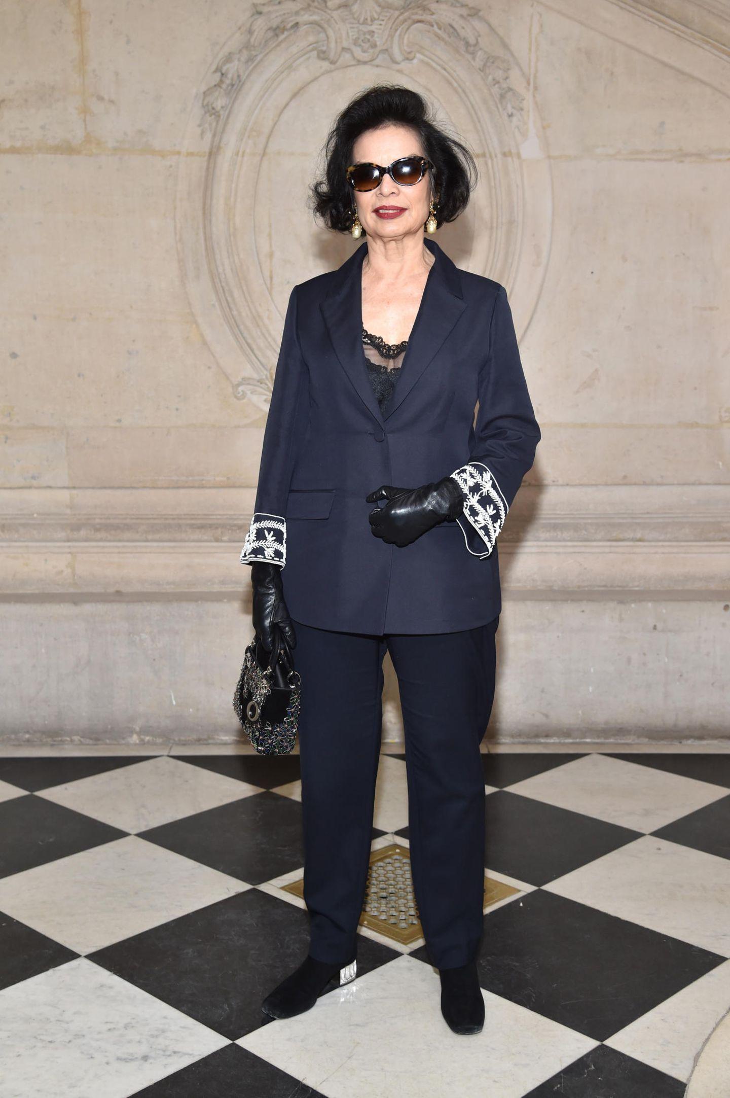 """Gern gesehener Gast: Bianca Jagger erschien 2017 zur Haute Couture-Show von Dior in Paris. In der Hand trägt sie eine auffällig gemusterte """"Lady Dior""""."""
