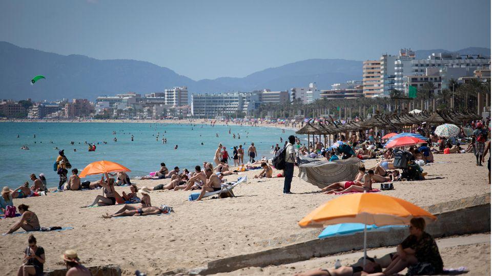 Mallorca Urlauber am Strand.