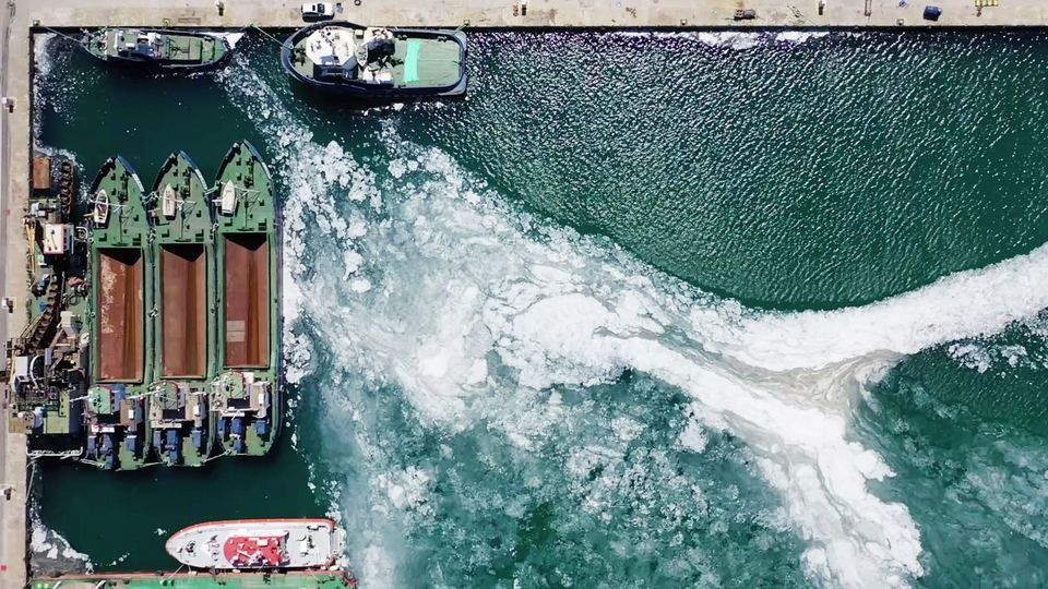 Der braune Schleimteppich bedeckt seit Wochen Teile des Marmarameeres.