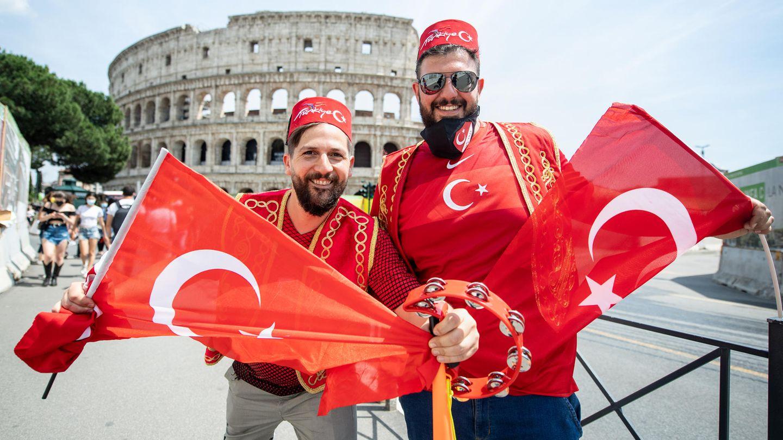 Türkische Fans in Rom machen auf dem Weg ins Stadion Halt vor der prächtigen Kulisse des Colosseums