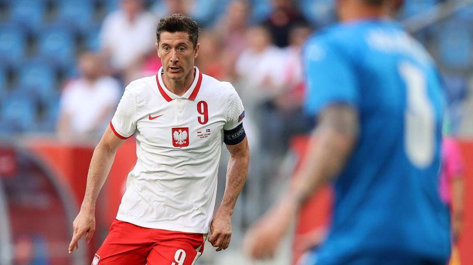 Robert Lewandowski im polnischen Nationaltrikot spielend
