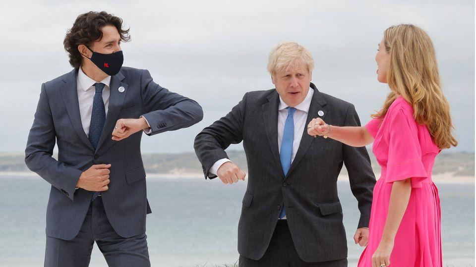 Kanadas Premierminister Justin Trudeau (l.) begrüßt den britischen Premierminister Boris Johnson