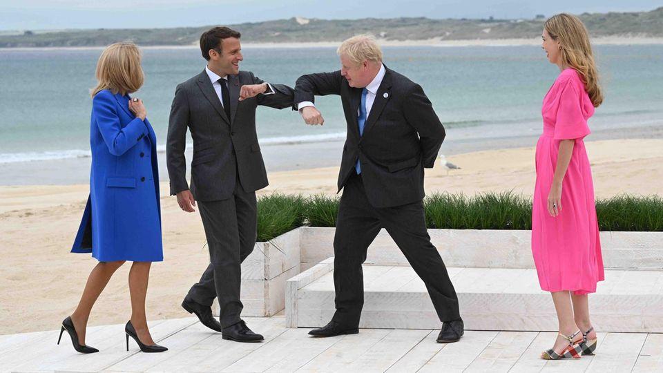 Frankreichs Präsident Emmanuel Macron (2. v. l.) begrüßt den britischen Premierminister Boris Johnson