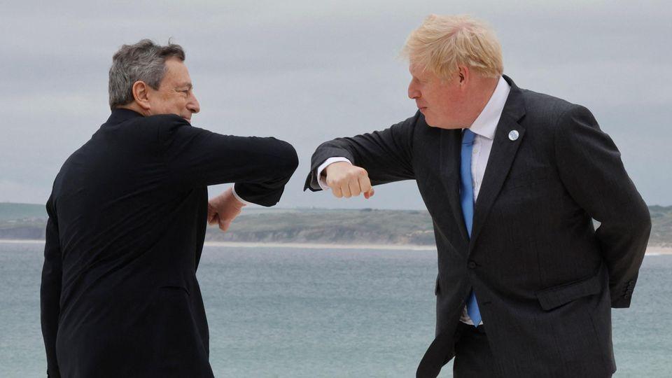 Italiens Ministerpräsident Mario Draghi (l.) begrüßt den britischen Premierminister Boris Johnson