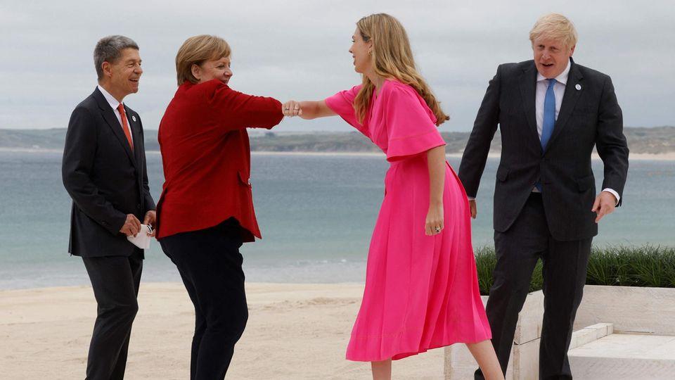 Bundeskanzlerin Angela Merkel (2. v. l.) begrüßt Carrie Johnson