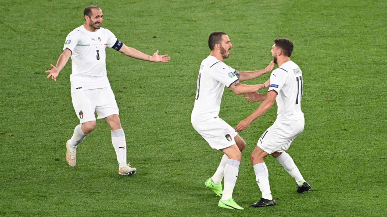 Chiellini und Bonucci feiern den Beradi (r.), der das 1: 0 durch eine scharfe Hereingabe einleitete, am Ende war es ein Eigentor