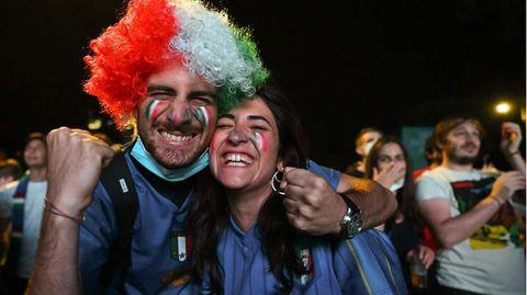 Die Stimmung unter den Italienern bleibtbestens. Die Squadra Arzzurra gewinnt mit 3:0 - was für ein Auftakt für die Italiener. In Rom dürften noch einige Fußball-Party folgen.