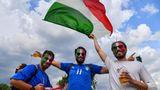 Vor dem Stadio Olimpico lassen Italienische Fans die Nationalflagge wehen - mit einenguten Bier in der Hand