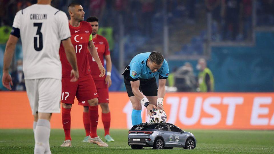 Eröffnungsspiel der EM 2021: Der Schiedsrichter nimmt den Ball aus einem kleinen Auto