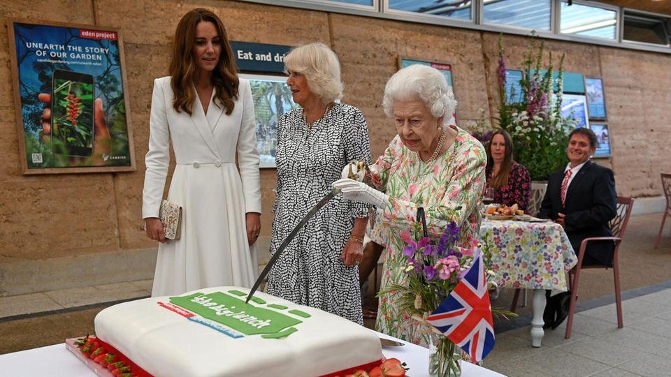G7-Gipfel in Cornwall: Die Queen schneidet die Torte mit einem Schwert