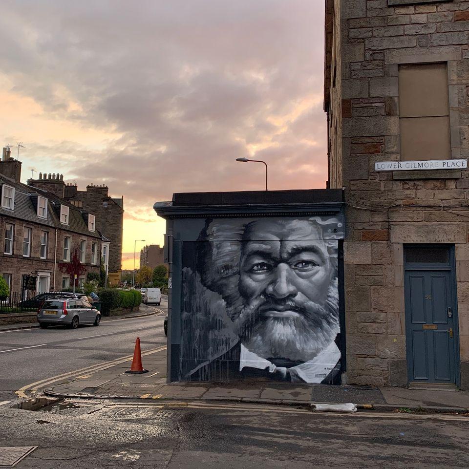 Wandgemälde vonFrederick Douglass des Straßenkünstlers Ross Blair in Edinburgh auf einem Foto von Melissa Highton