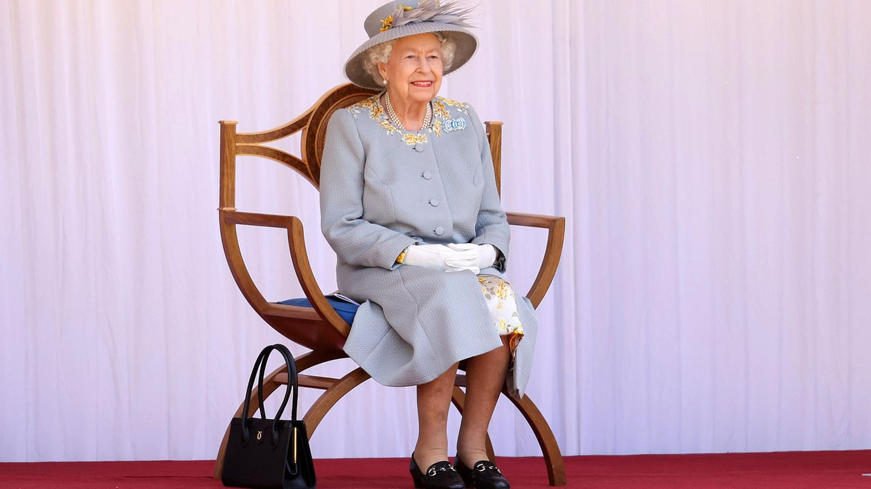 Queen Elizabeth II. verfolgt ihre Geburtstagsparade auf Schloss Windsor