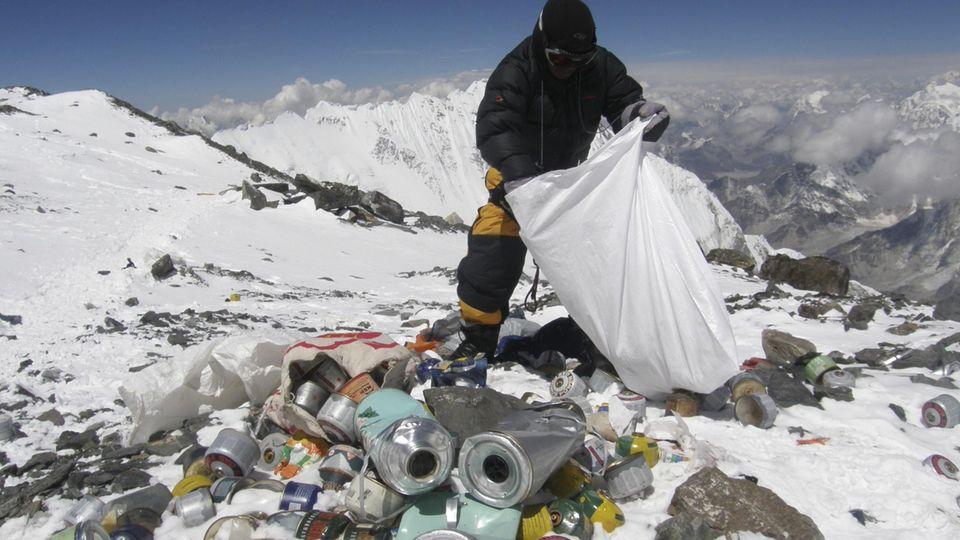 Ein Sherpa sammelt Müllam Mount Everest ein