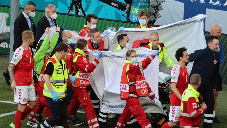 Dramatische Szenen: Mit Sichtschutz wird Christian Eriksen aus dem Stadion transportiert