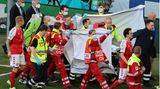 Der dänische Nationalspieler Christian Eriksen wird abtransportiert