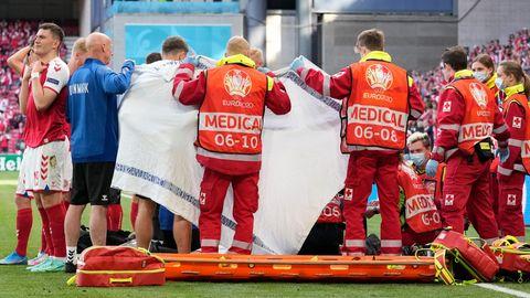 Der dänische Nationalspieler Christian Eriksen wird auf dem Feld behandelt
