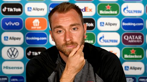 Christian Eriksen schaut bei einer Pressekonferenz am 11. Juni in Kopenhagen in die Kamera