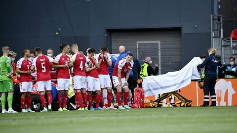 Minuten voller Ungewissheit, als der dänische Nationalspieler Christian Eriksen vom Platz ins Krankenhaus gebracht wird.