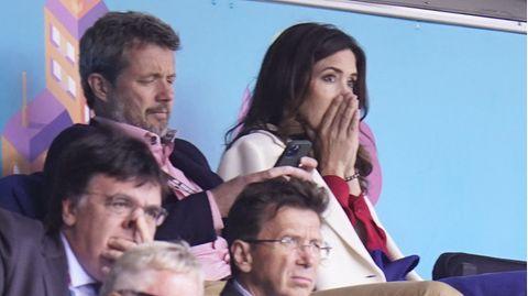 Kronprinz Frederik schaut auf sein Hany, Prinzessin Mary schlägt die Hände vors Gesicht