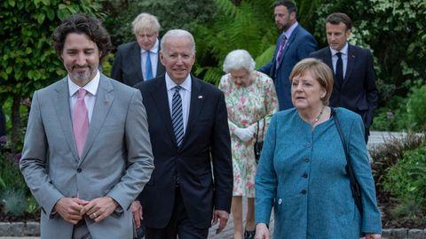 Angela Merkel läuft neben Präsident Joe Biden und vor der Queen zu einem Empfang des G7-Gipfels in Cornwall