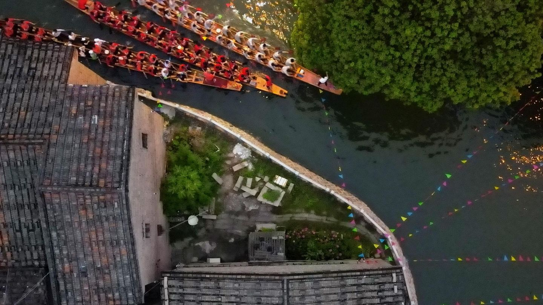 Fuzhou, China. Ein Blick von oben auf das Drachenbootrennen im Rahmen des Drachenbootfests in der Hauptstadt der südostchinesischen Provinz Fujian.