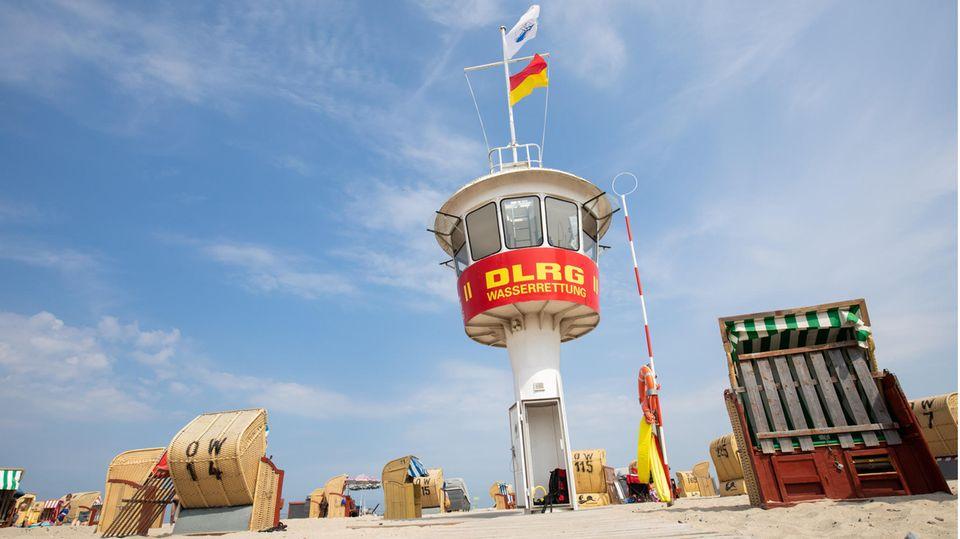 Wachturm der DLRG am Ostseestrand von Lübeck-Travemünde