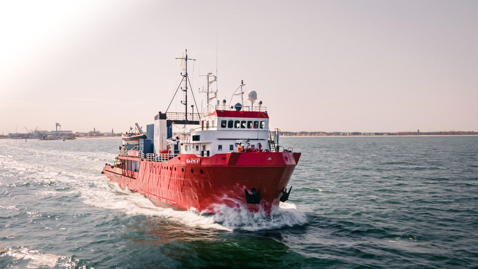 Ein Schiff mit dem Namen Sea-Eye 4 fährt übers Meer