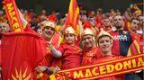 Eine wahre Fan-Familie: Mit Kampfhelmen aus Plastik und in den Farben von Nordmazedonien ausgestattet fiebern in Bukarest beim Spiel ihrer Mannschaft gegen Österreich mit