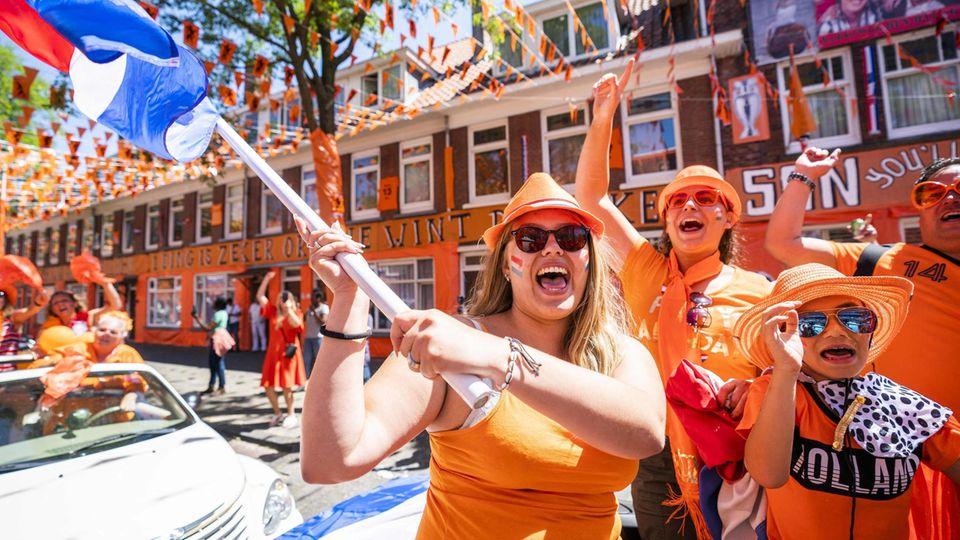 Sie sind wieder da. Die letzten beiden großen Turniere (WM 2018 und die EM 2016) haben die Niederländer verpasst, jetzt erfreuen wir uns wieder an Oranje wie hier in Den Haag
