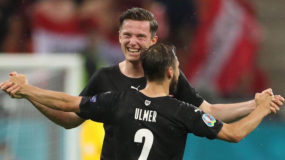 Michael Gregoritsch feiert seinen Treffer gegen Nordmazedonien mit dem Teamkollegen Ulmer