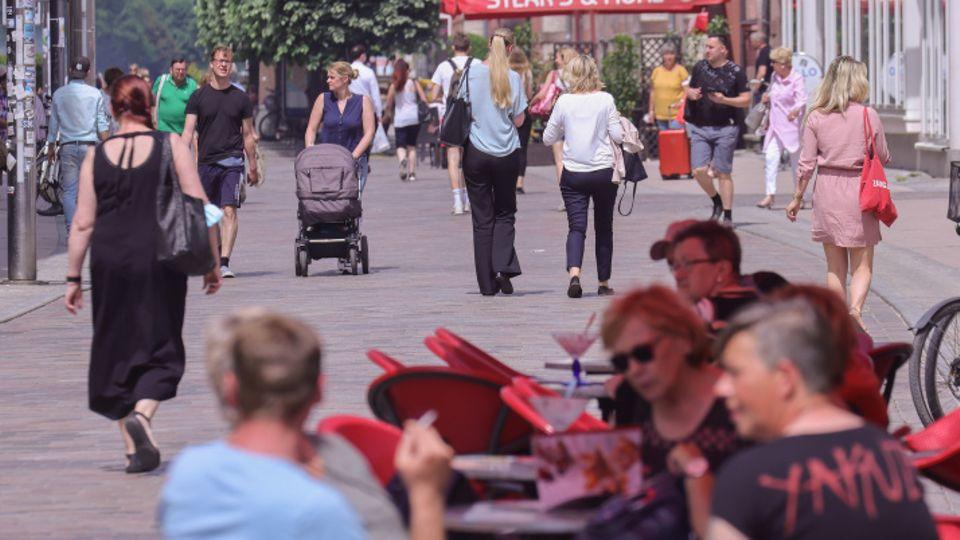 Passanten bummeln durch Schweriner Innenstadt