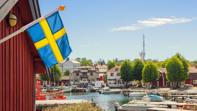 Eine schwedische Flagge im Hafen vonSandhamn