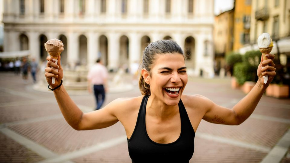 Eine Läuferin freut sich über ihr Eis