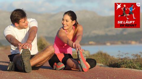 Ein Mann und eine Frau dehnen ihre Beine