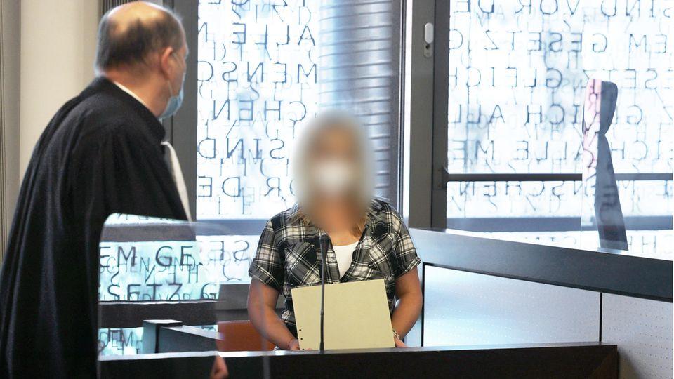 Die angeklagte Mutter (r) spricht mit einem ihrer Anwälte