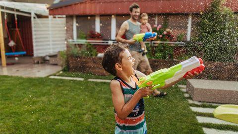 Im Sommer darf Spielzeug für draußen gerne für Abkühlung sorgen