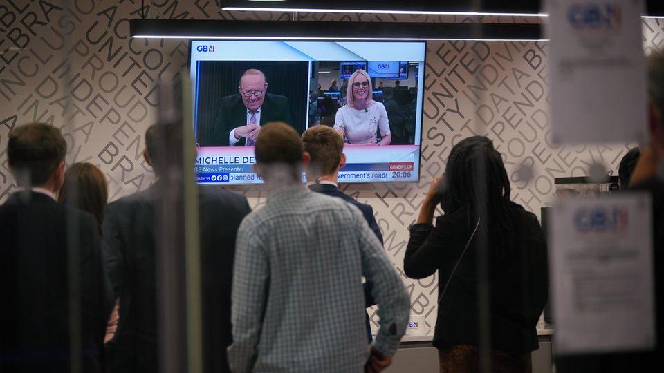 Zuschauer vor einer Sendung mit GB News-Gründer Andrew Neil und Moderatorin Michelle Drewberry