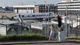 Das Objekt für Planespotter am Rande des Hamburg Airports: Innerhalbvon drei Tagen sind bereits große Teil der Fensterpartien weggeflext worden.