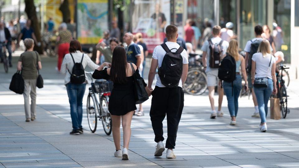 Passanten in Dresdener Innenstadt