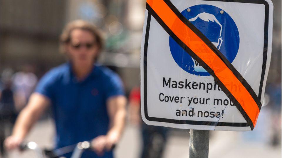 """Durchgestrichenes Schild mit der Aufschrift """"Maskenpflicht"""""""